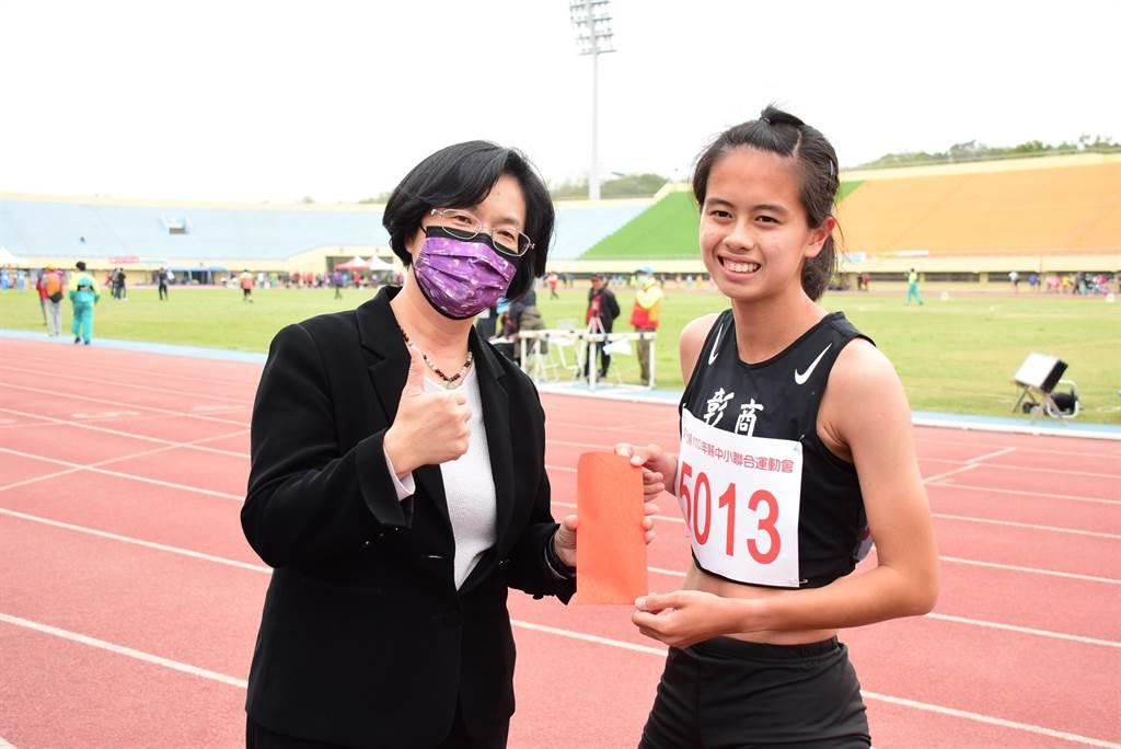 彰化高商王苡媗同学在高女1500公尺决赛破大会纪录。(彰化县政府提供/吴敏菁彰化传真)