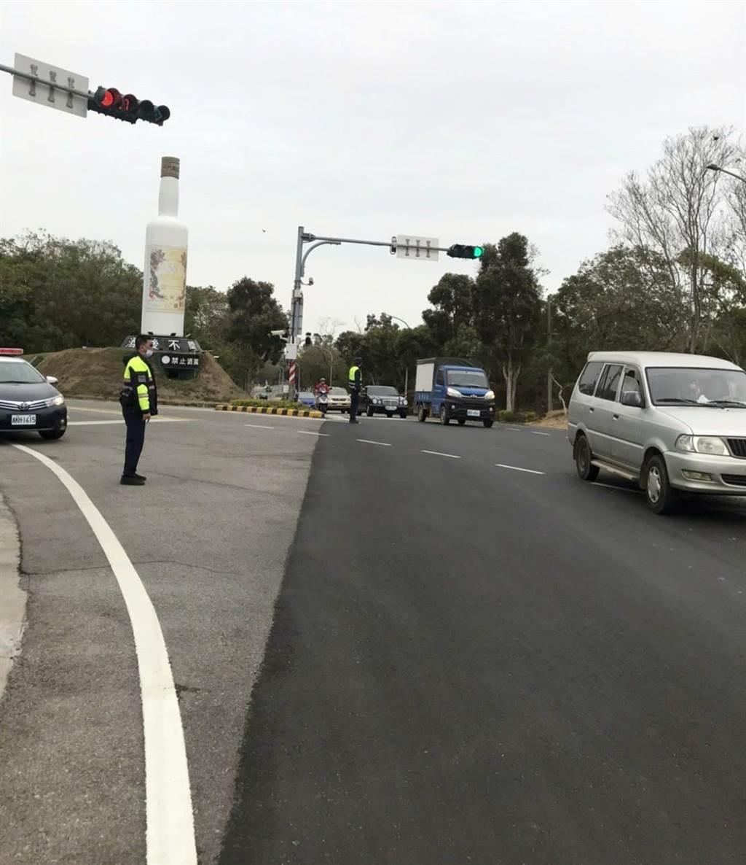 警方增派警力於瓊徑路、環島南路及市港路等重要路口加強交通疏導。(警方提供)