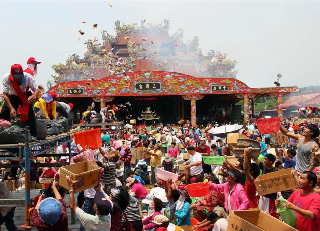琉球迎王平安祭特有的「王船进水」仪式。(本报资料照)
