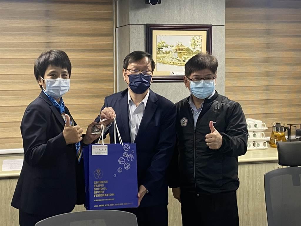 高中体总副秘书长朱彩凤(左起)、疾管署副署长庄人祥、体育署副署长洪志昌。(高中体总提供)