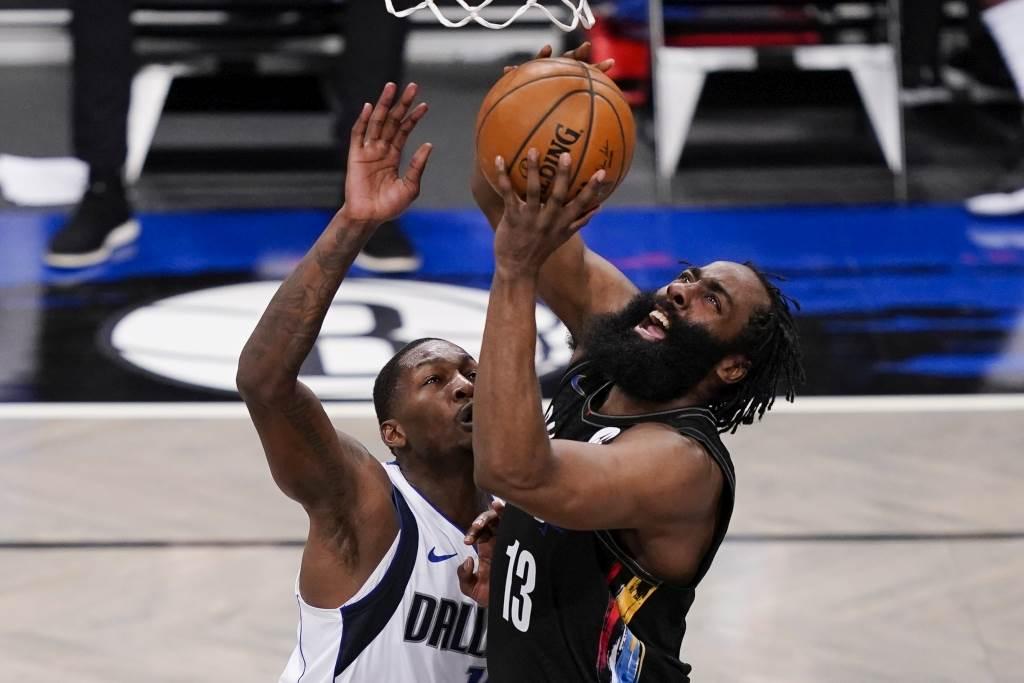 籃網隊哈登(右)切入投籃。(美聯社資料照)