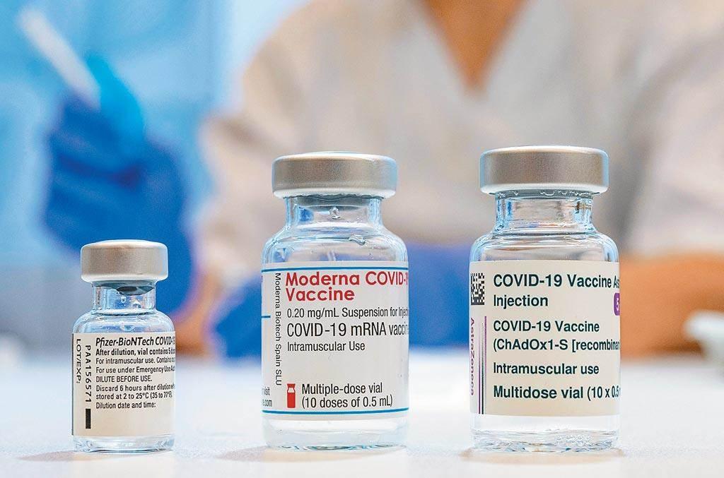 陳時中日前表示,台灣透過國際管道買到1981萬劑疫苗,國產約2000萬劑,另外,BNT若談成再增500萬劑,最多可獲得4500萬劑疫苗。圖左至右分別為BNT、Moderna及AZ疫苗。(路透)