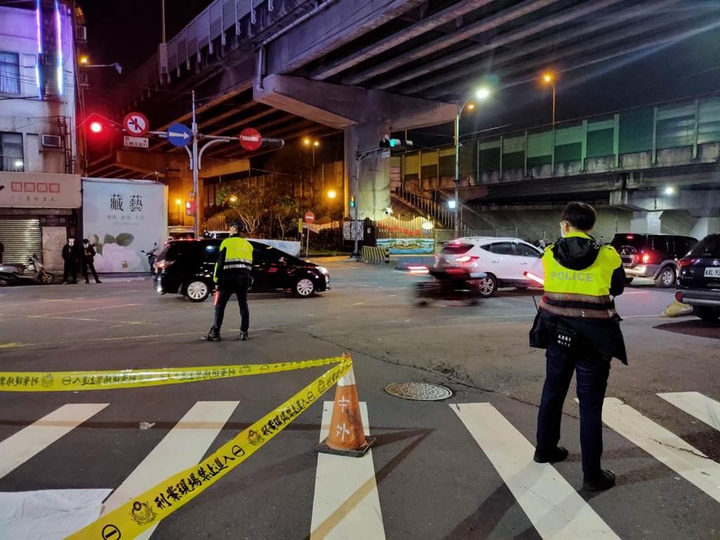 新北市五股區3日晚間發生死亡車禍,大貨車駕駛疑內輪差關係,輾斃騎乘腳踏車的婦人。(民眾提供/戴上容新北傳真)