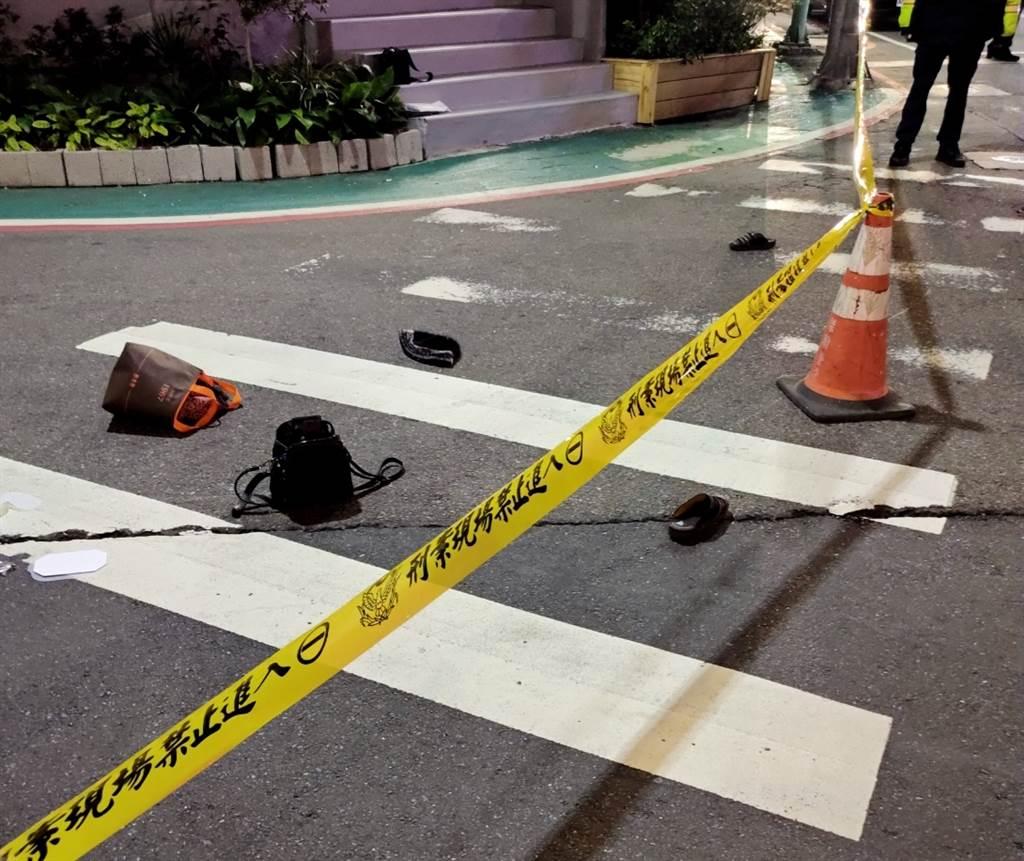新北市五股區3日晚間發生死亡車禍,大貨車駕駛疑內輪差關係,輾斃騎乘腳踏車的婦人,現場婦人物品散落一地。(民眾提供/戴上容新北傳真)
