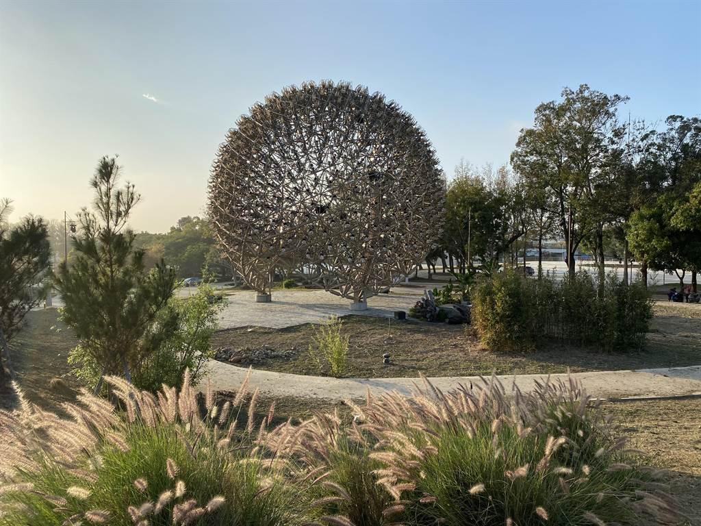 台中花博后里森林園區保留「聆聽花開的聲音」機械花,改以燈光投射呈現。(王文吉攝)