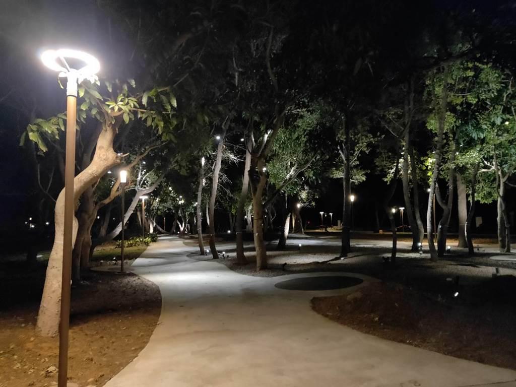 台中花博后里森林園區優化工程進入收尾階段,養工處已完成夜間照明設施。(王文吉攝)
