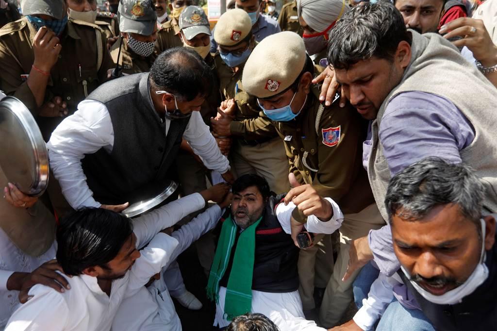 人權組織「自由之家」發布年度報告,將印度調降為「部分自由」國家。圖為印度警方逮捕上街抗議的反對派支持者。(圖/路透社)