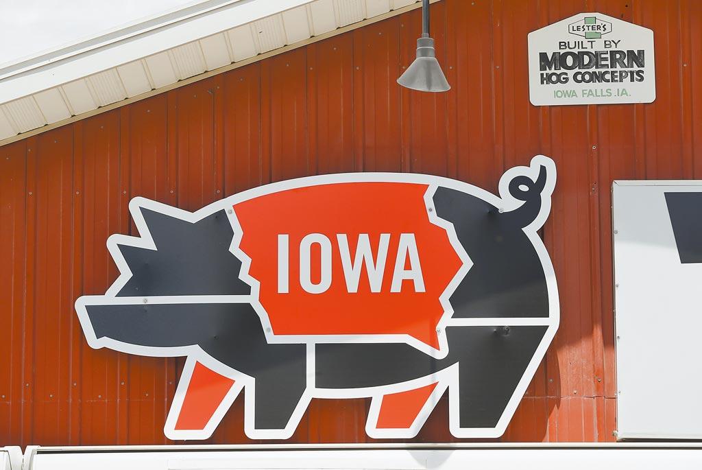 美國貿易代表署(USTR)發布年度報告,再度點名台灣對美國的豬肉及牛肉產品設有進口限制。圖為美國愛荷華州一處市集上的豬肉帳篷。(美聯社)
