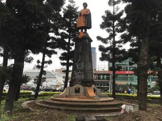 基隆圓環蔣公銅像拆除前遭潑漆 四面塗鴉「清算到底」