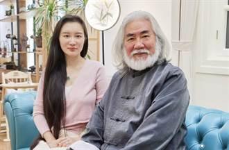 嫁70歲白髮導演連生2胎 嬌妻認了:已經3年沒睡好覺