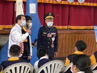 73歲終身警官陳前 回母校溪湖國中傳愛