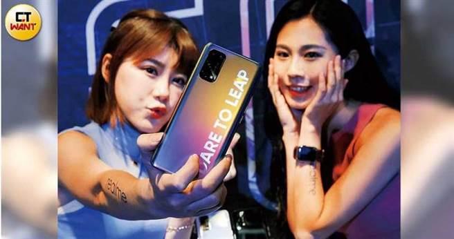 包括realme、小米及華為等手機品牌都採用聯發科天璣1000晶片,讓聯發科在5G市場拿下話語權。圖為去年底realme 5G手機X7上市記者會。