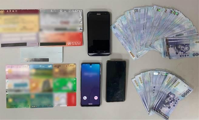 左營警方日前逮捕一名詐欺提領車手與一名轉帳手,起出涉案的手機、存摺、提款卡與現金等證物。(翻攝照片/林瑞益高雄傳真)