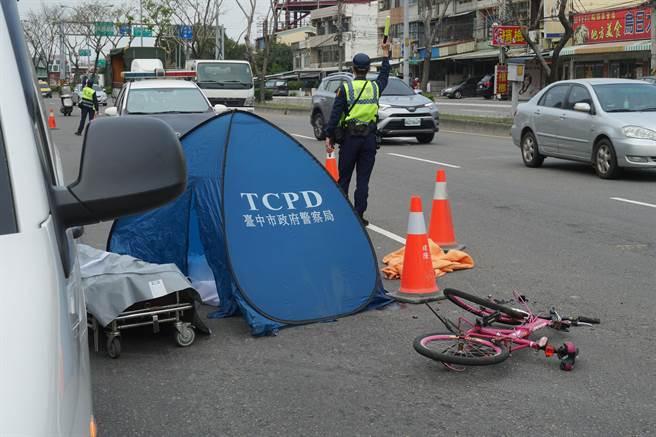 一位年约80多岁的老翁,3日上午7点多,骑着脚踏车行经乌日中山路三段往台中方向,不幸与一辆大货车擦撞,当场无生命迹象,所骑脚踏车,倒卧一旁。(黄国峰摄)
