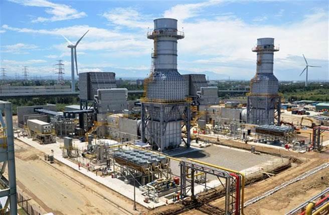 大潭电厂2017年六部机组全跳电,曾造成全台大跳电,如今中油要在大潭藻礁旁边,兴建一个天气然接收港。(资料照片 赖佑维摄)