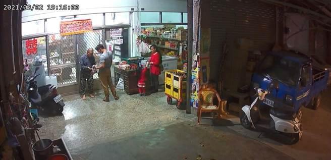 台东县卑南乡宾朗村2日晚间7点发生恶意伤人事件,1名经营杂货店、63岁的萧姓老翁无故被上门购物的陌生年轻男子殴打头部。(民眾提供/蔡旻妤台东传真)