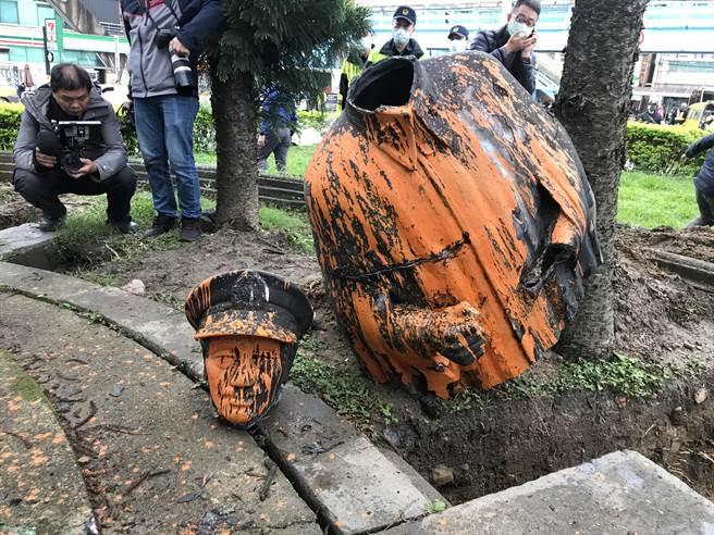 蔣公上半身斷裂掉落,銅像摔在地後,頭部又斷裂(陳彩玲攝)