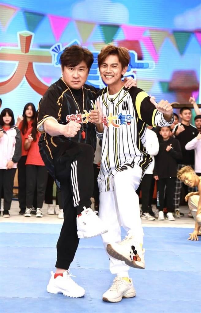 胡瓜(左)、阿翔開心迎接999集。(民視提供)