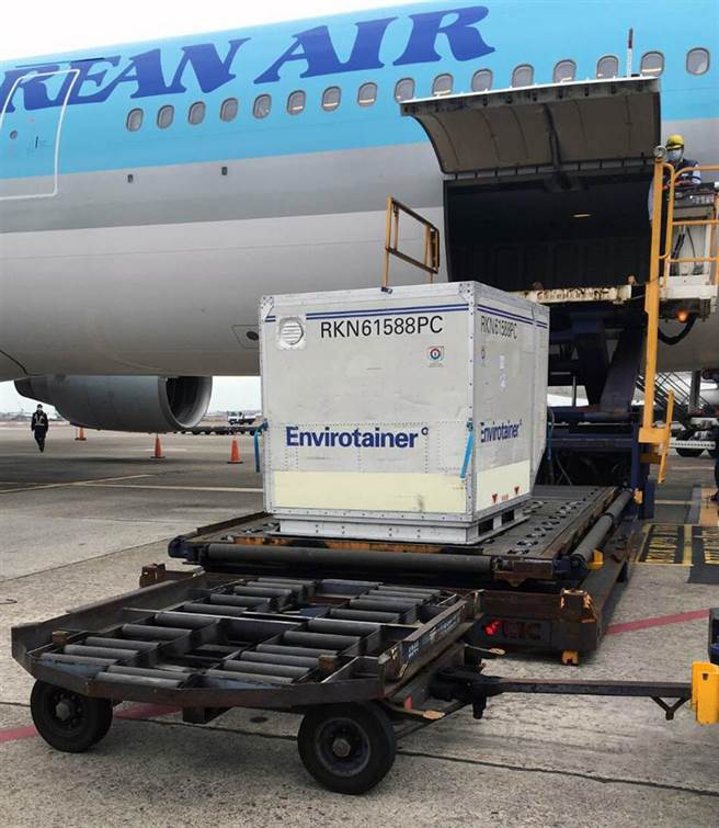 這批AZ疫苗一共有11.7萬劑,是由大韓航空以客機貨艙載貨的方式運抵桃園機場,疫苗裝運在飛機前腹艙第1個位置的專用冷鏈貨櫃,該盤櫃運出貨艙後,海關及疾管署官員在機坪檢視相關書面表單後,隨即由地勤人員將盤櫃拖往華儲公司冷凍倉暫存。(讀者提供)