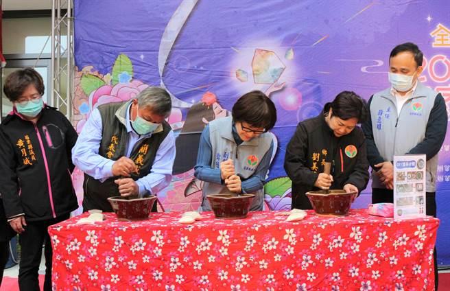 苗栗县泰安乡公所3日举办泰安客家文化节,(左二起)乡民代表会主席简义成、副县长邓桂菊、乡长刘美兰体验制作客家擂茶。(巫静婷摄)