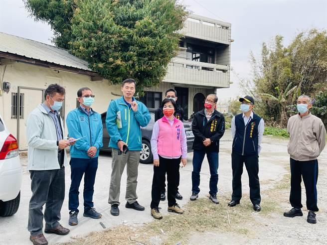 立委楊瓊瓔及台中市議員賴朝國邀集相關單位現勘解決潭子區東寶里缺水問題。(王文吉攝)
