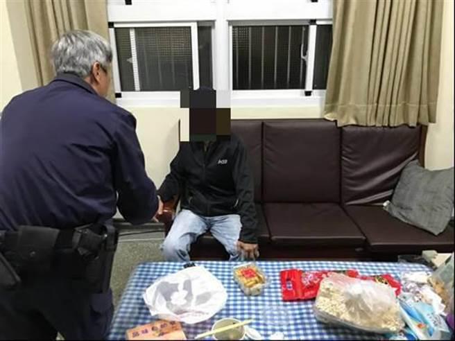 竹南警分局谈文所员警协助失智老翁回家。(竹南警分局提供/谢明俊苗栗传真)