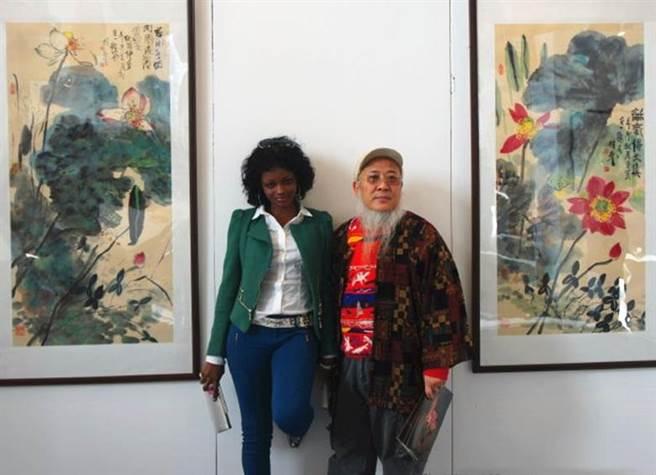 楊彥53歲到非洲寫生時遇見24歲的愛達,兩人在相處過程中逐漸產生感情。(圖/擷取自微博)