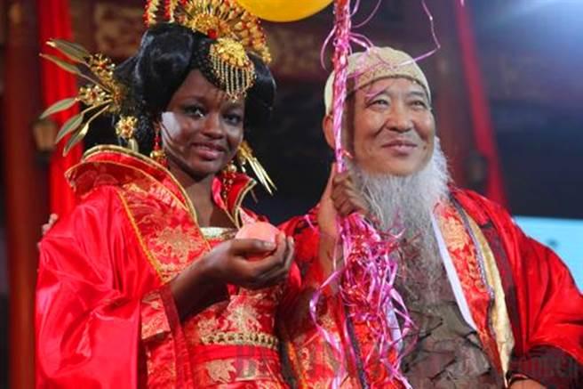 2011年10月,楊彥在北京舉辦盛大的中式婚禮迎娶愛達。(圖/擷取自微博)