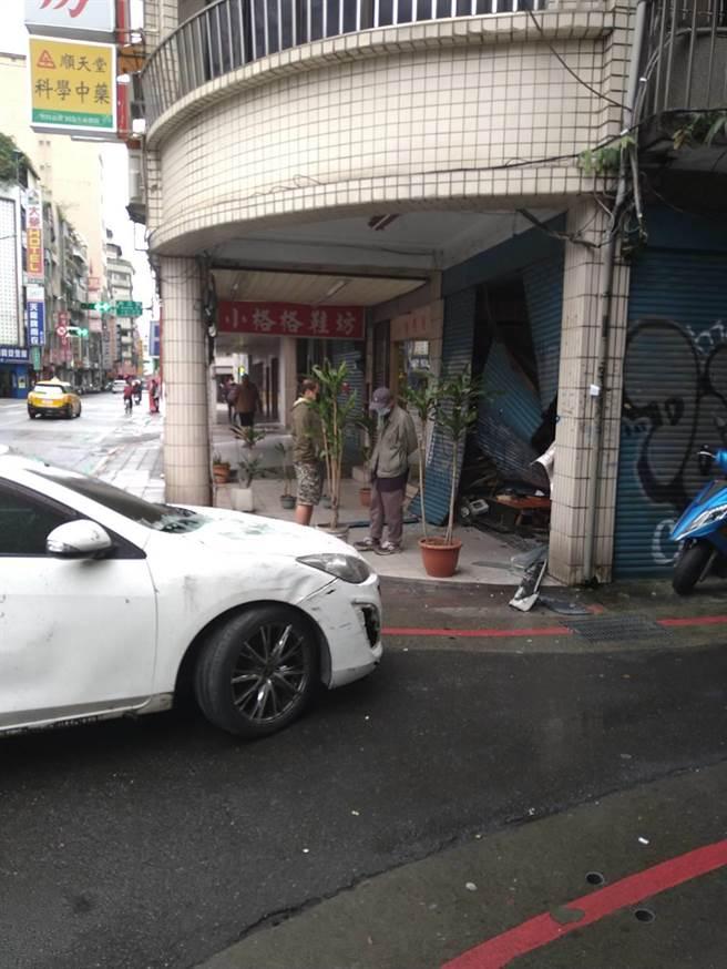 自小客車躲警盤查,最後自撞西門町民宅。(警方提供,文:陳鴻偉)