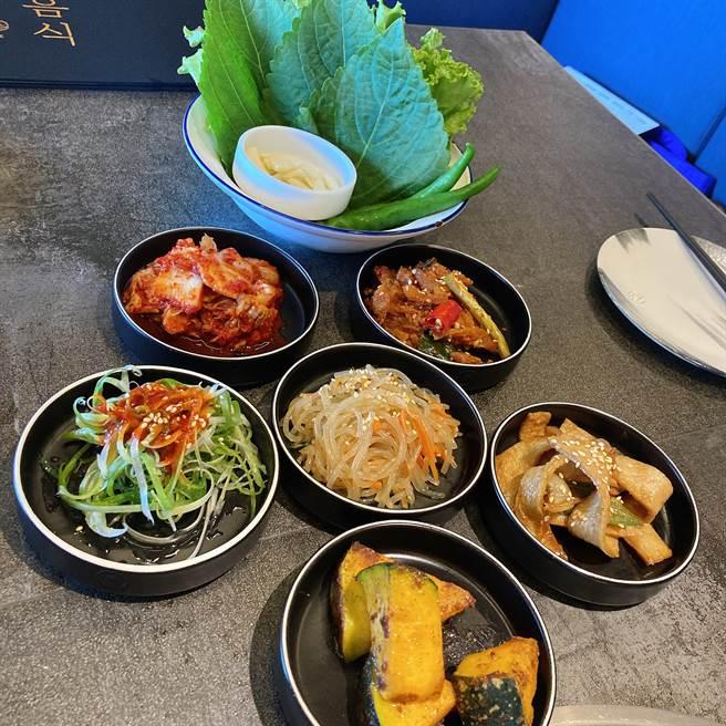 可续加的韩式小菜。(邱映慈摄)