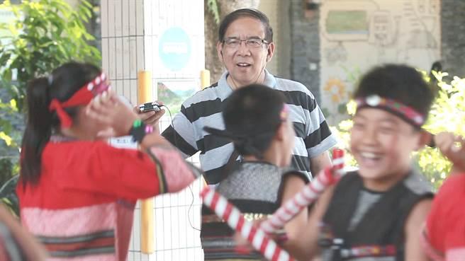 由導演崔永徽歷時8年所拍攝的紀錄片《聽見台灣》,記錄了大陸作曲家鮑元愷與台灣之間的緣分。(海鵬影業提供)