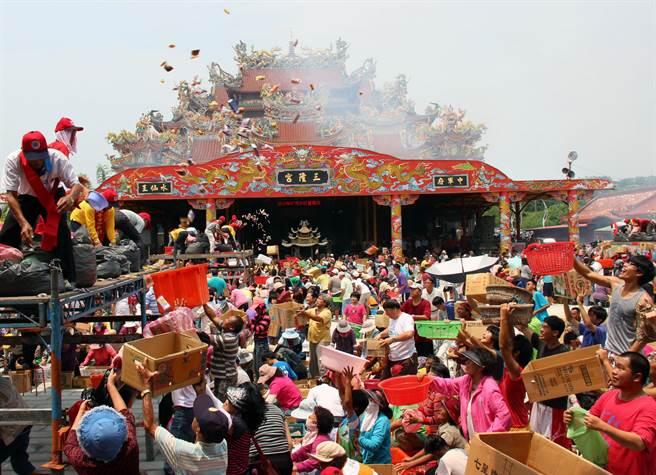 琉球迎王平安祭特有的「王船進水」儀式。(本報資料照)
