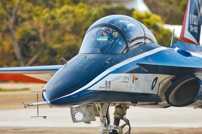 勇鷹號試飛落地後,試飛官與漢翔公司董事長胡開宏等人合影留念。(杜宜諳攝)