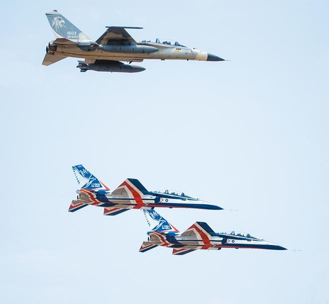 勇鷹高教機(編號11001、11002)昨日試飛測試,空軍IDF經國號戰機擔任觀測機。(軍聞社)