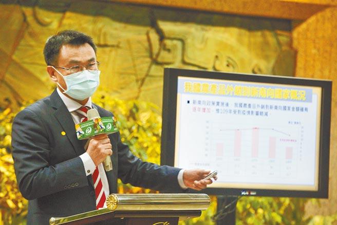 中國大陸海關片面宣布暫停輸入台灣鳳梨,農委會主委陳吉仲(如圖)2日召開記者會,感謝許多企業、電商平台與消費者以實際行動支持國產鳳梨與農民,截至目前為止,包括國內外團體與個人訂購、加工需求及外銷統計已達41,687公噸,超過去年銷往中國的總量。(張鎧乙攝)