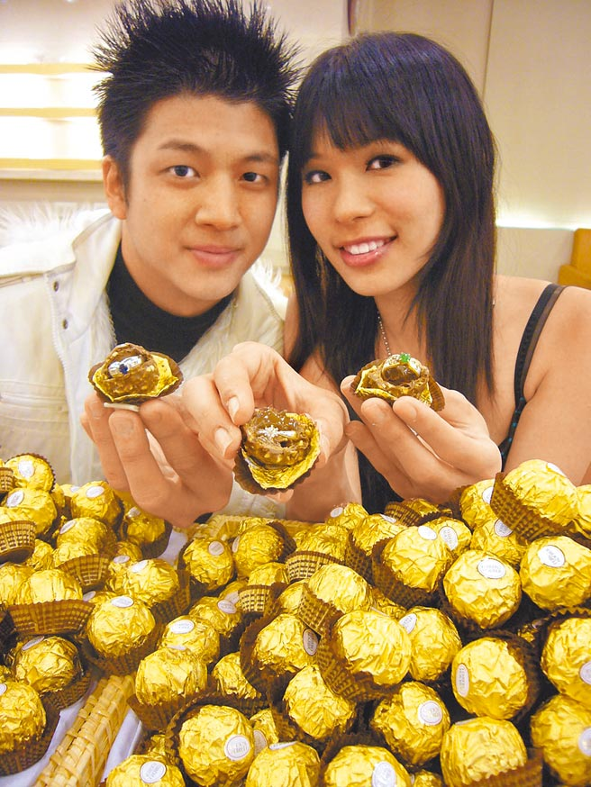 食藥署昨公告修正,市售含餡巧克力產品當中的巧克力含量不得低於25%,植物油含量亦不能超過總重5%,否則不得以巧克力當作品名。圖為金莎巧克力。(本報資料照片)