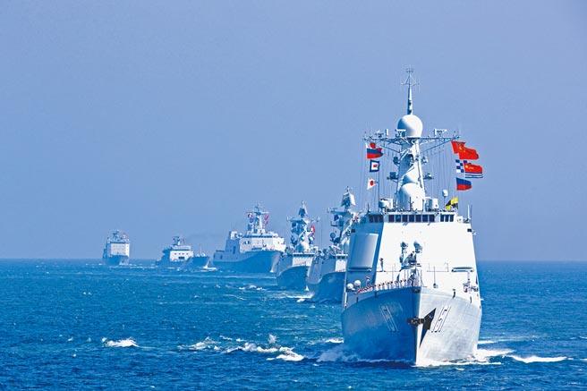 報告建議發展美國自己的晶片製造業,太過依賴台灣南韓無疑置身風險之中。「如果台灣為中國併吞,對美國而言將成為一大競爭問題」,報告稱目前美國半導體仍領先大陸兩個世代,美方有必要盡速採取行動以維持優勢。圖為2016年9月,中俄2016海上聯合軍事演習中方編隊。(新華社)