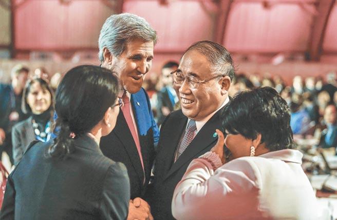 2015年,在中美支持下,通過巴黎氣候協議,時任中國氣候變化事務特別代表解振華(右二)與當時的美國國務卿凱瑞(左二)相互道賀。(新華社)