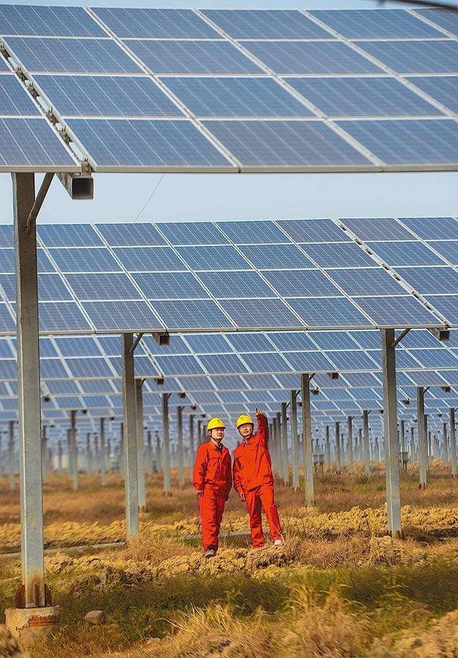 為達碳中和目標,大陸將利用市場機制來控制和減少溫室氣體排放、推動綠色低碳發展。圖為浙江省農業的太陽能發電網。(新華社)