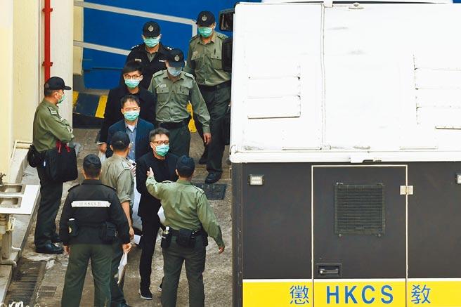 香港警方以串謀顛覆國家政權罪起訴今年1月被拘捕的47人,3月2日上午,被還押於荔枝角收押所的涉案人士由懲教署車輛押往法院。(中新社)
