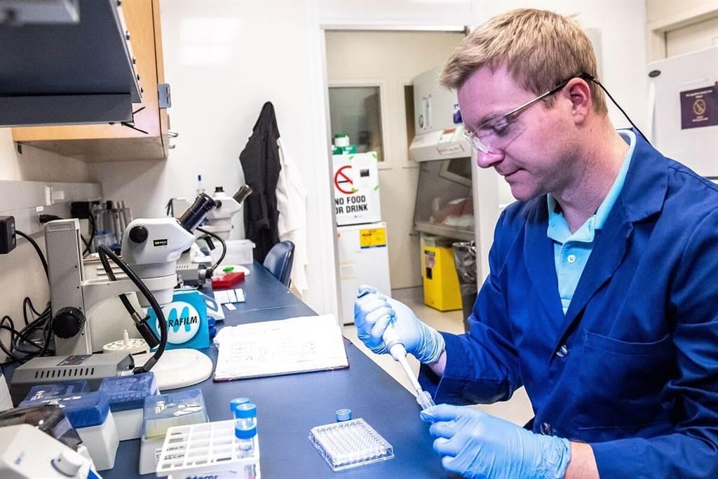 美國陸軍馬修‧卡普克博士,正在研究毒察偵檢器。(圖/美國陸軍)