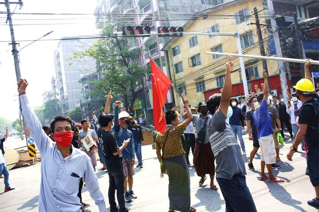 UN特使:緬軍今開火鎮壓釀38死。圖為仰光民眾日前上街抗議的畫面。(資料照/美聯社)