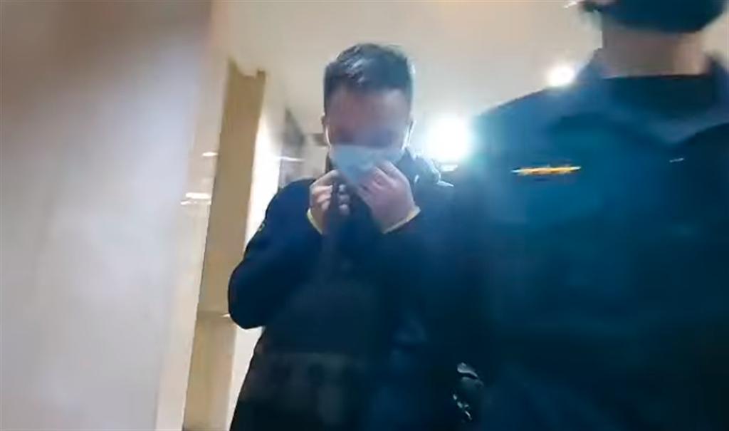 刑事局指紋科警務正黎添來開毒趴遭逮,昨晚步出地檢署時快跑離開。(圖/翻攝自中天新聞直播影片)