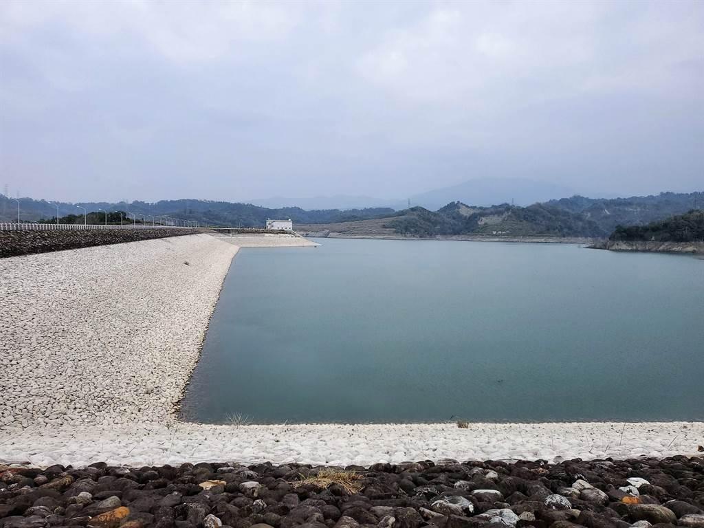 湖山水庫蓄水量減至56%,周邊的白色石頭是原本淹沒在水面下的黑石頭,可明顯看出減水多少。(周麗蘭攝)
