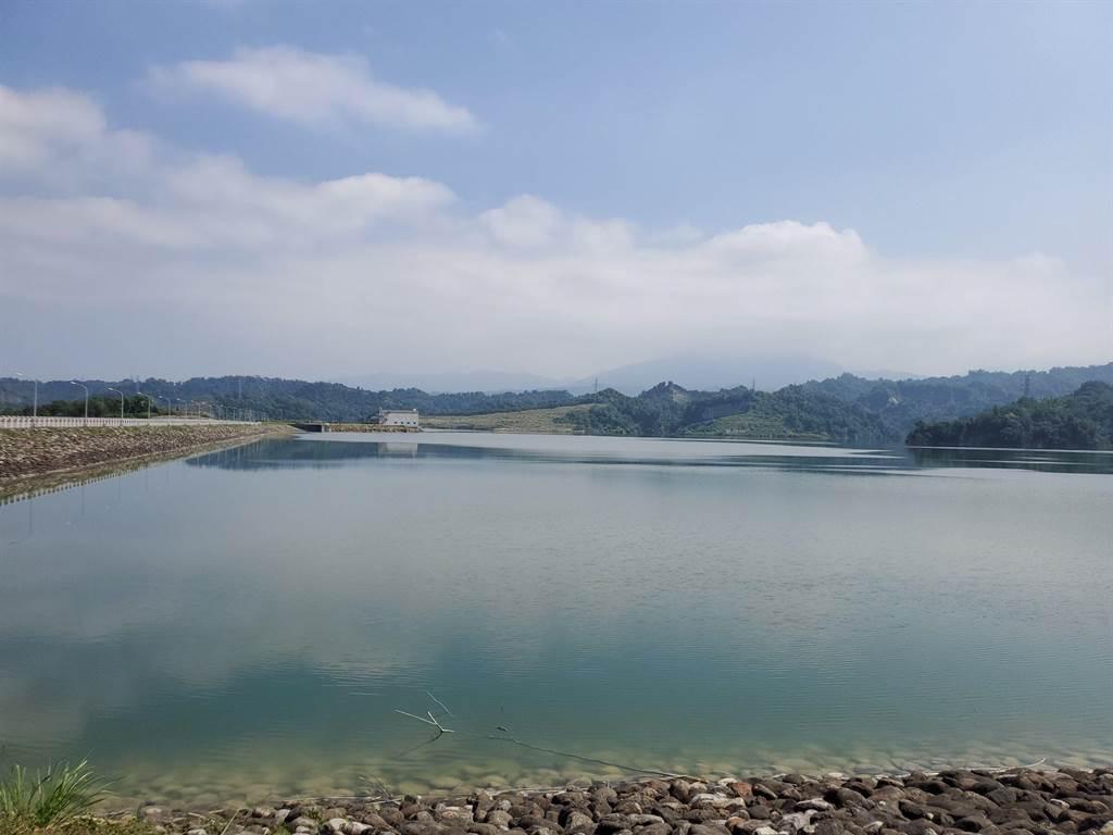 湖山水庫10月間還在滿水位,呈現湖光山色。(周麗蘭攝)