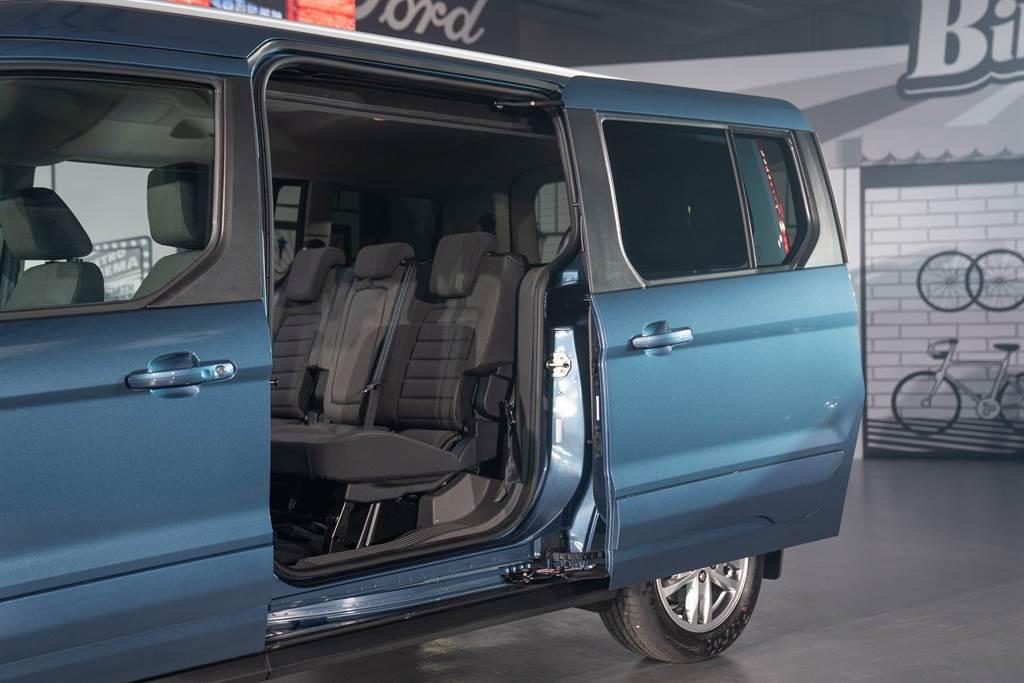 Easy Open雙側滑門的配置讓用車人即使在停車位狹窄、出入空間受限時,也能輕鬆進出車艙;符合人體工學的離地高度,讓乘客上下車更加輕鬆。