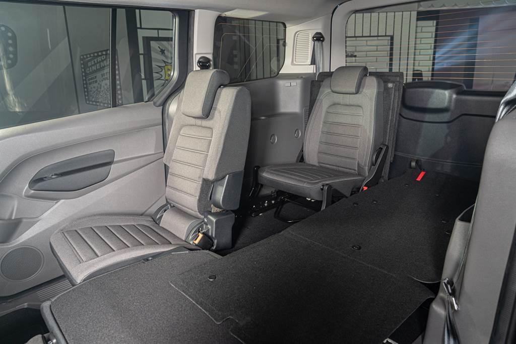 Fold Flat 百變座椅平整系統,第二排與第三排座椅具備精巧結構設計,使用者無需拆卸座椅,即可輕易創造完全平坦且寬敞的使用空間,可調整為16種以上的模式變化。