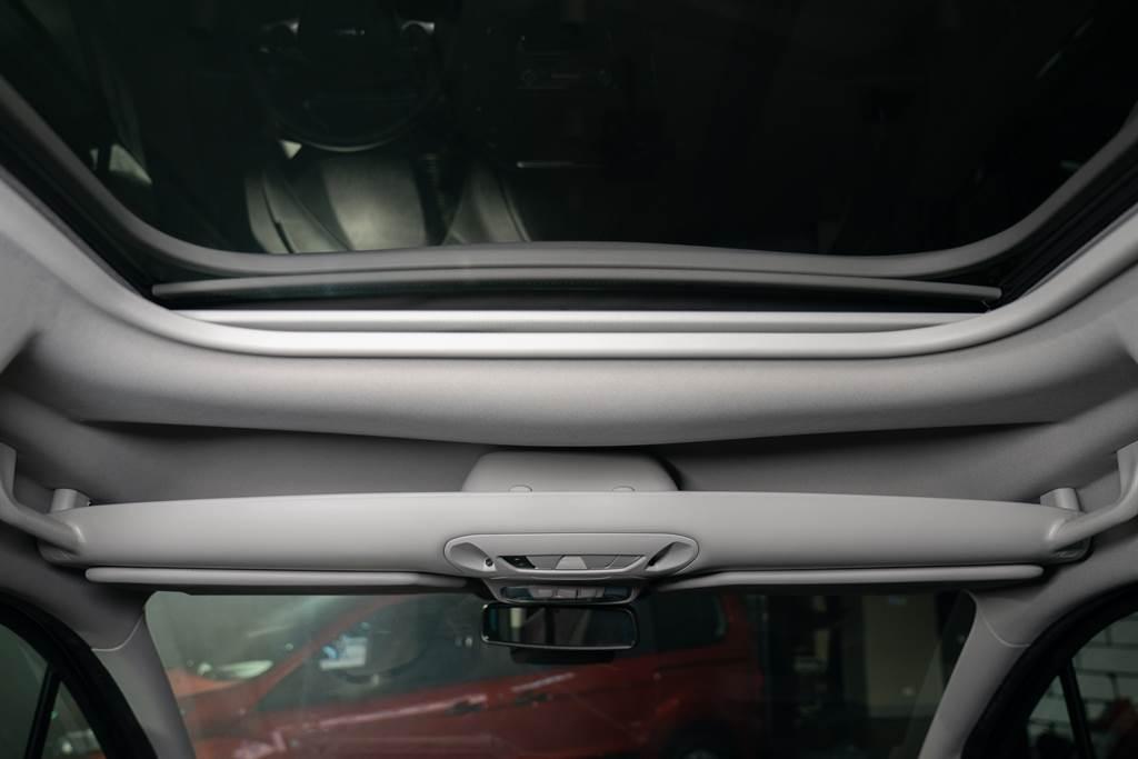 前座車頂貼心提供收納空間,從眼鏡到雨傘都能輕鬆放入。