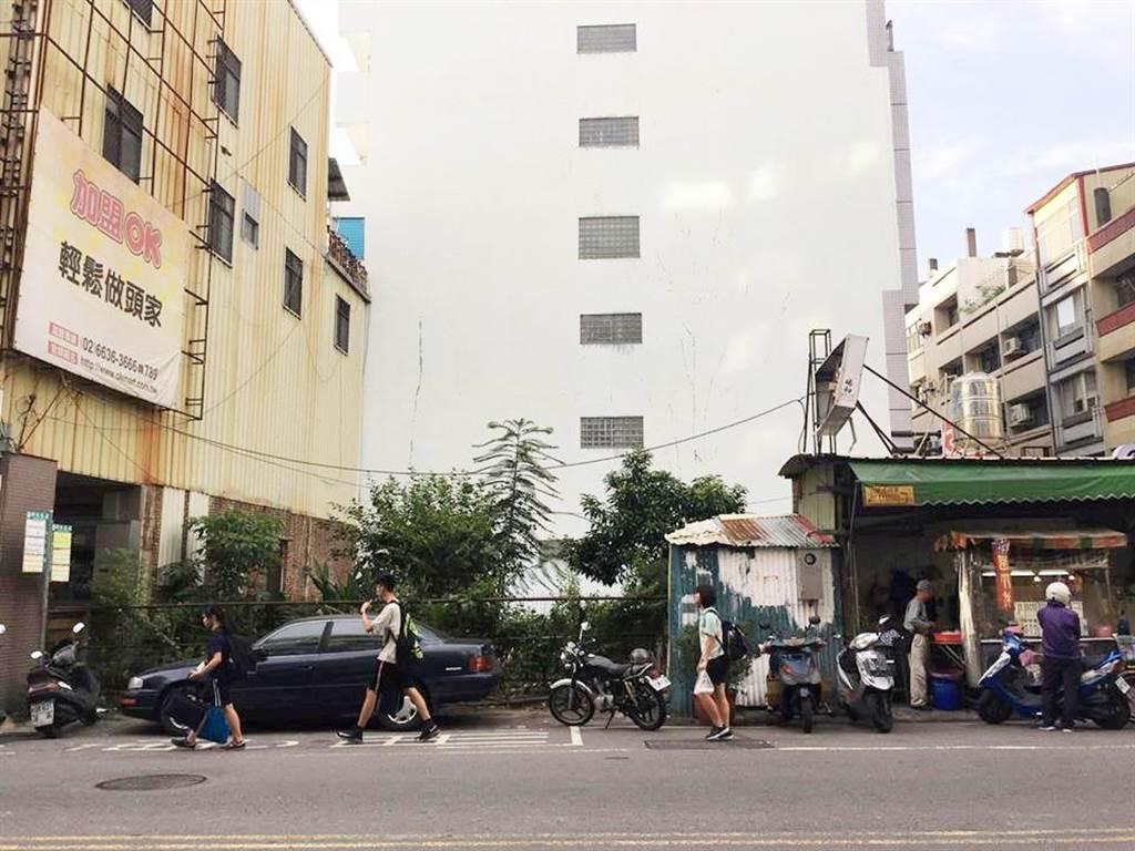 彰化縣政府透過代標作業,彰化市成功段髒亂點已轉身成為城市新亮點。 (吳敏菁攝)