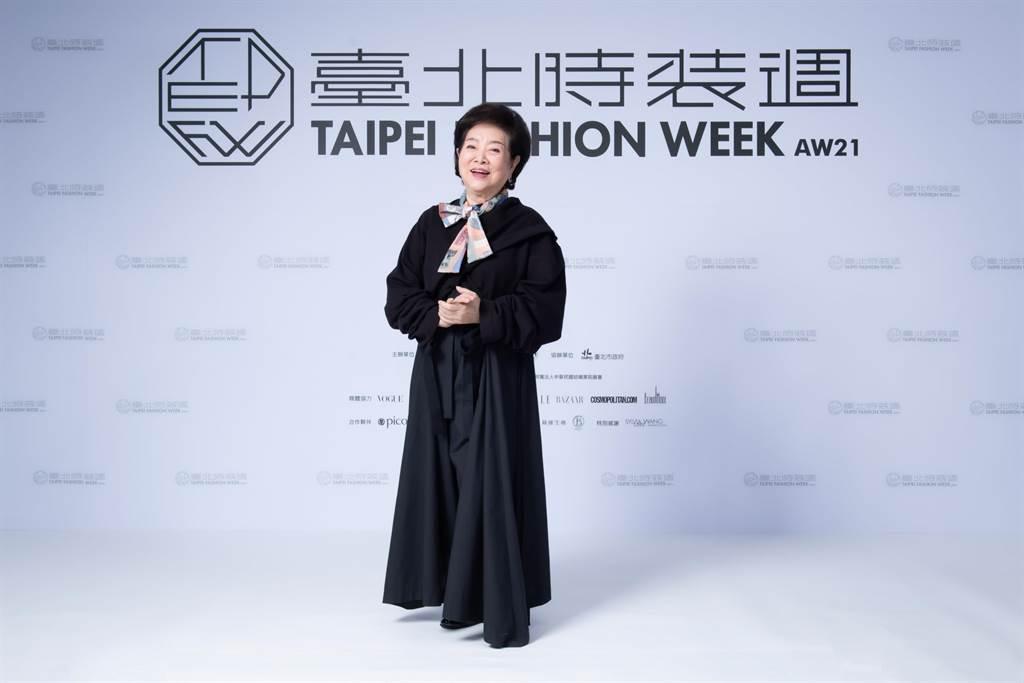 金馬影后出席臺北時裝週展前記者會,身穿INF的黑色修身套裝登場